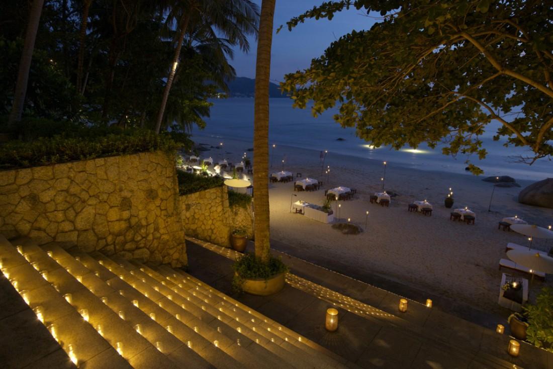 Pendant la belle saison, l'Amanpuri organise des barbecues éclairés aux flambeaux sur sa plage privée  | © Aman