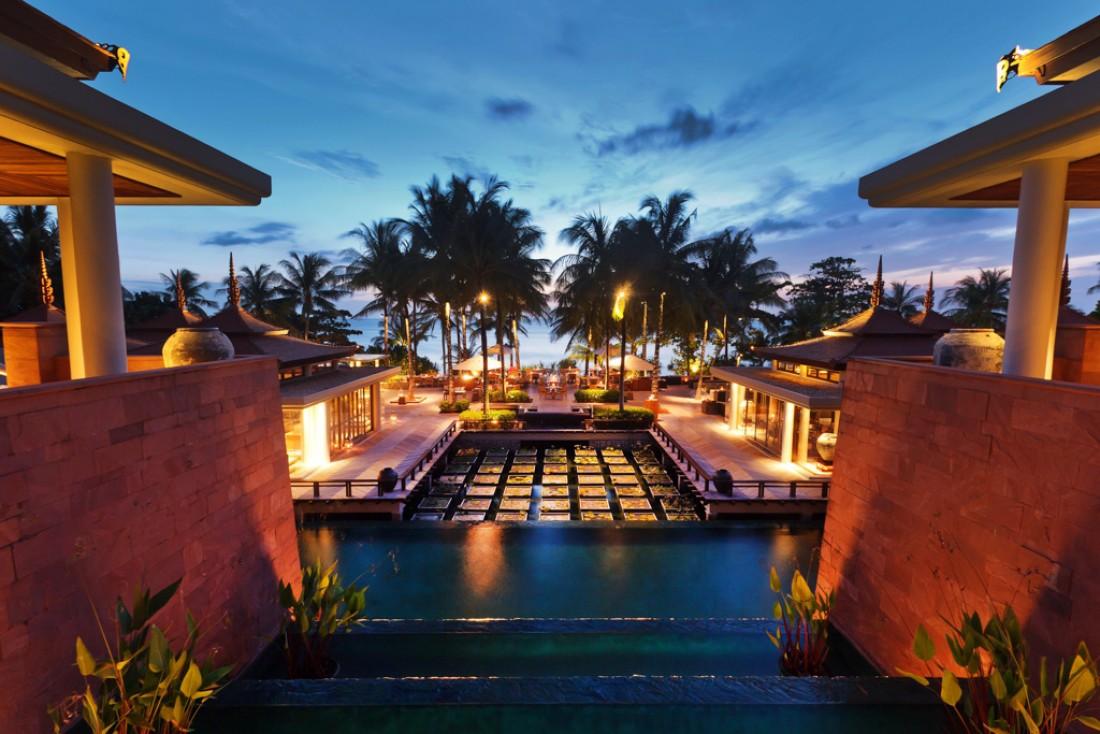 Le splendide deck de l'hôtel, à la nuit tombée | © Trisara