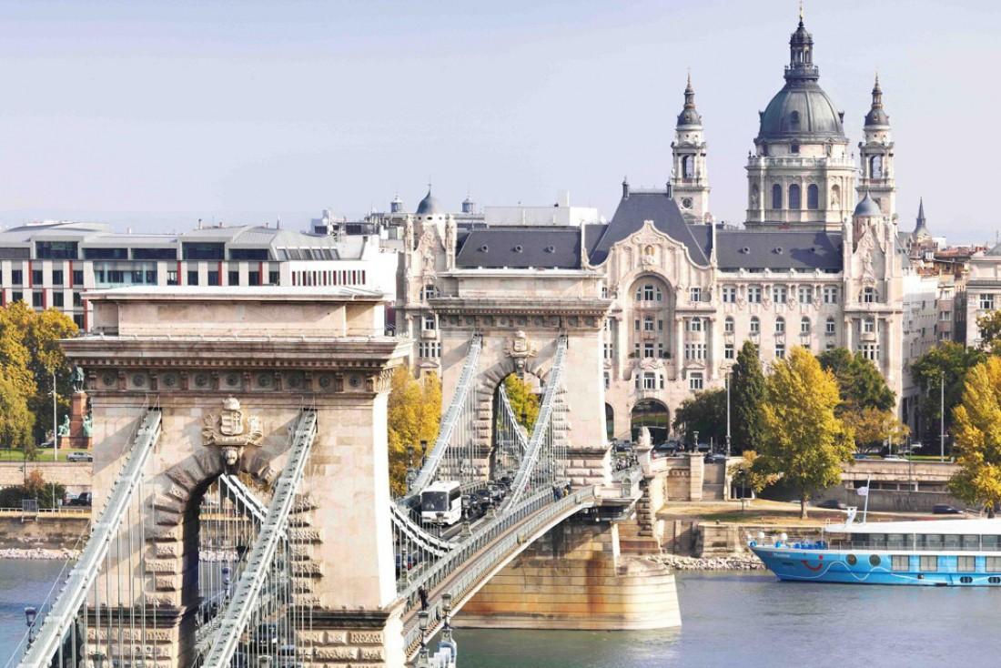 Le Pont des Chaînes, le Gresham Palace et la Basilique Saint-Etienne depuis les hauteurs de Buda © Four Seasons Hotels and Resorts