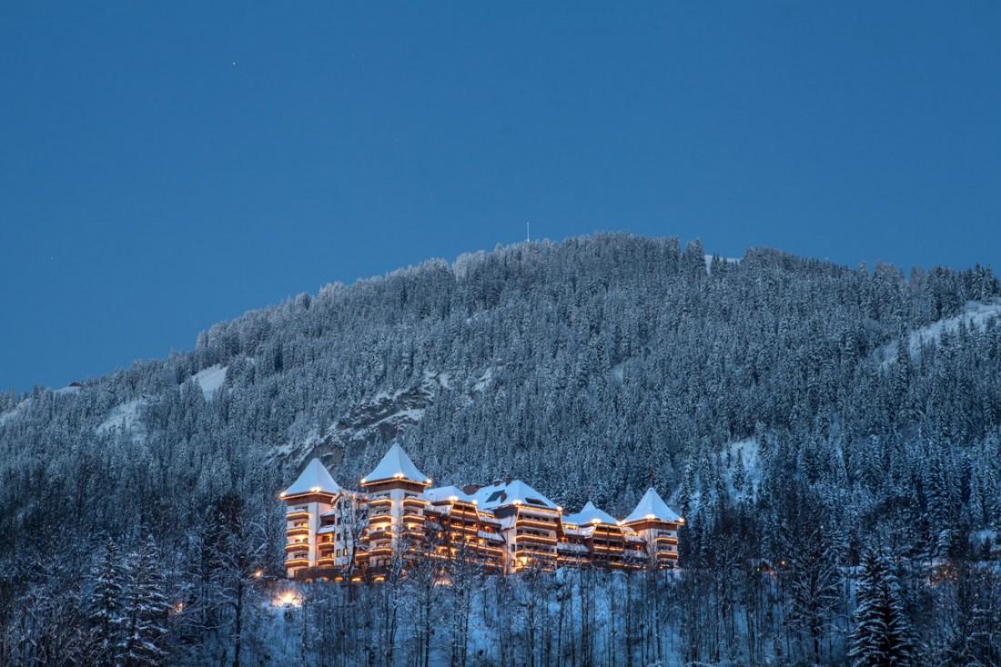 The Alpina Gstaad impose sa silhouette majestueuse sur les hauteurs de Gstaad, l'une des stations de ski les plus chics du monde   © The Alpina Gstaad