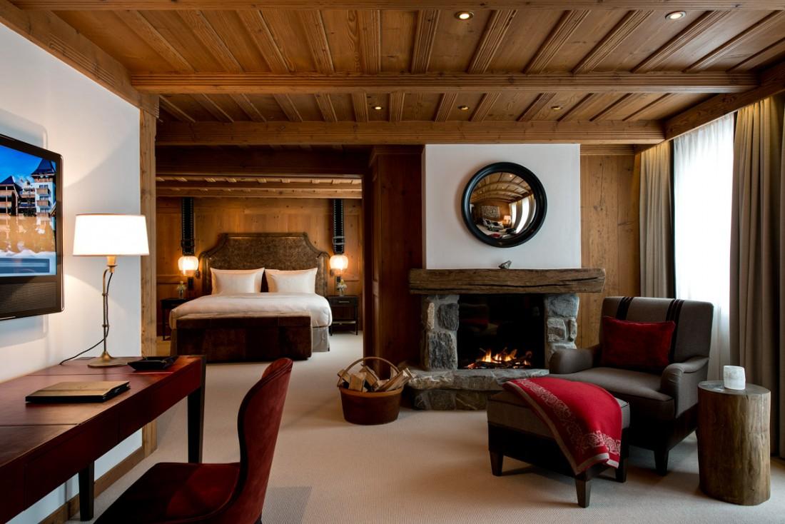 Les chambres et suites de l'Alpina sont toutes à l'image de cette Junior Suite : chaleureuses et contemporaines. Les cheminées dans les suites sont particulièrement agréables   © The Alpina Gstaad