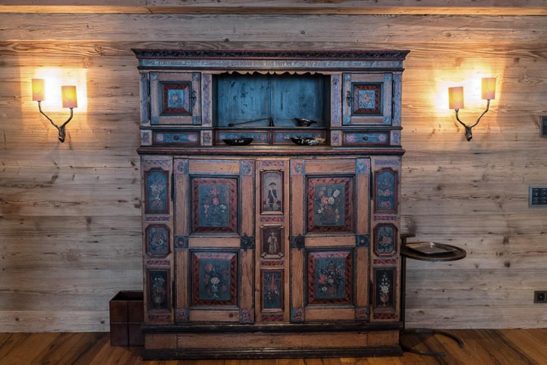 Un soin tout particulier a été apporté au mobilier come en témoigne ces superbes meubles d'époque dans les suites de l'établissement   © Yonder.fr
