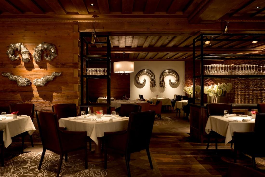 Atmosphère tamisée au Sommet, le restaurant gastronomique (1 étoile au Michelin) de l'Alpina   © The Alpina Gstaad