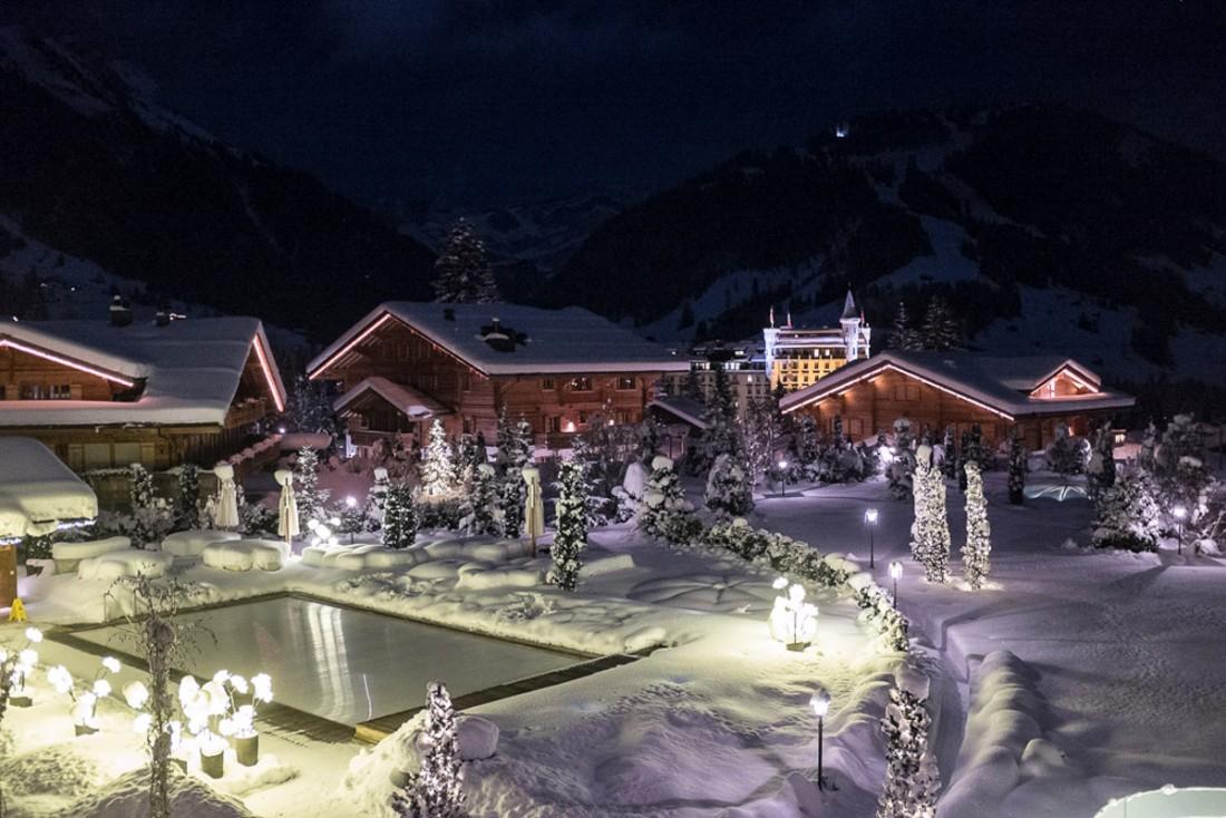 Côté Gstaad, on peut apercevoir la piscine extérieure du spa, des chalets ultra luxueux construits en même temps que l'hôtel et les tourelles du mythique Gstaad Palace   © Yonder.fr