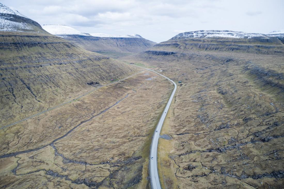 Vue aérienne de la vallée de Vesturdalur à Eyturoy.