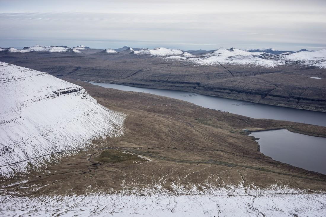 Vue en direction de Sundi lors de l'ascension du Slættaratindur. A droite de l'image le Eiðisvatn (lac d'Eiði).