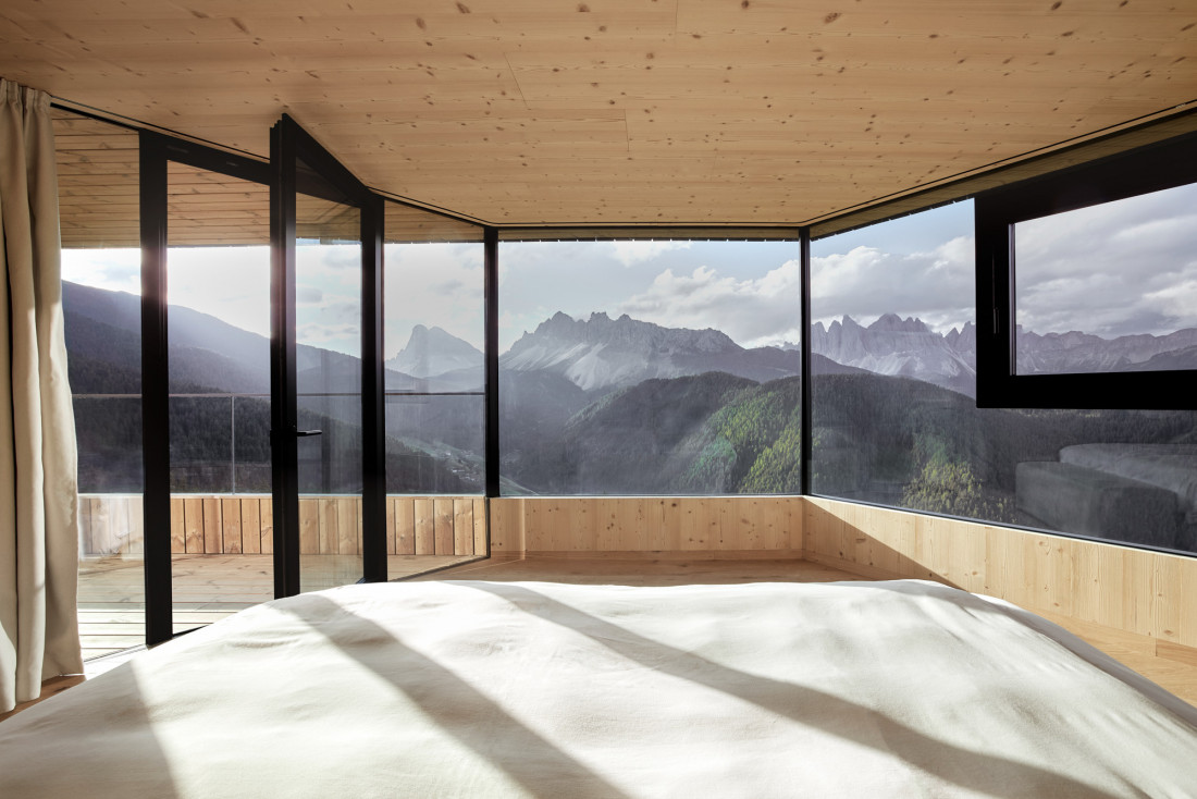 Vue panoramique exceptionnelle depuis la chambre des Penthouses © Forestis