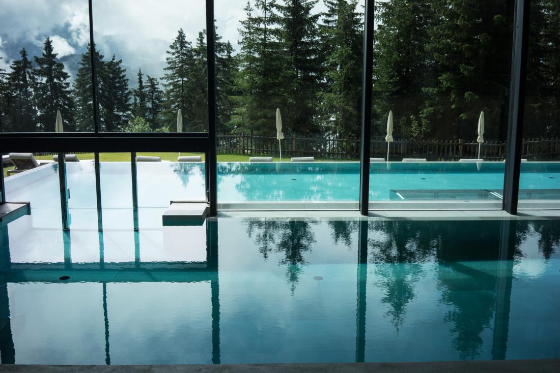 La piscine avec son double-bassin, intérieur et extérieur © DB YONDER.fr