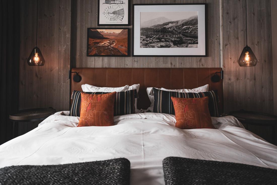 Couleurs et matériaux chaleureux dans les chambres. La photo au-dessus du lit montre l'atelier de maintenance tel qu'il existait au début du XXème siècle et dont il ne subsiste aujourd'hui qu'une partie des mur et des fondations.
