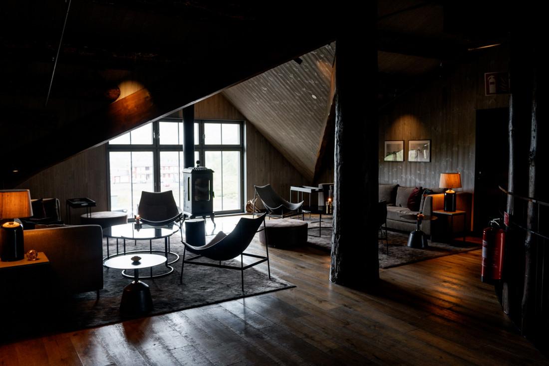 Au premier étage, ambiance intime dans le lounge.