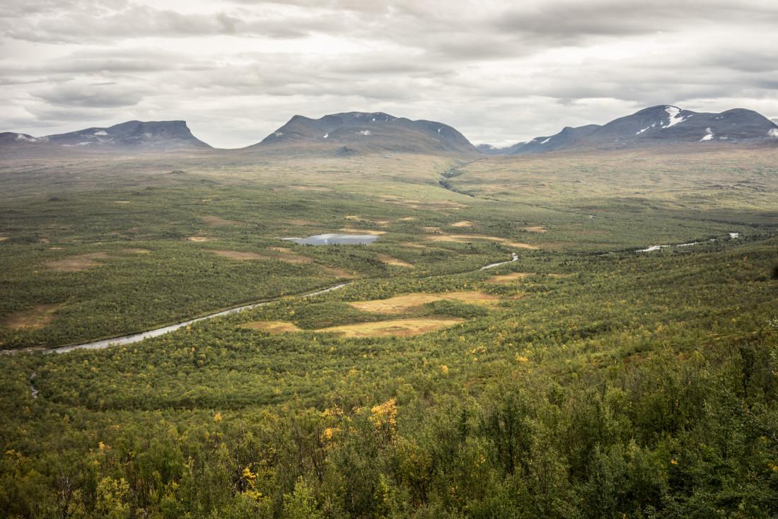 Le parc d'Abisko vu depuis le télésiège de l'Aurora Sky Station. Au fond à gauche, la vallée de Lapporten, typique vallée en U qui doit sa forme à l'érosion glaciaire. On distingue au premier plan la rivière d'Abisko (Abiskojåkka) et, au-delà la Nissonjohka © YONDER.fr/DB
