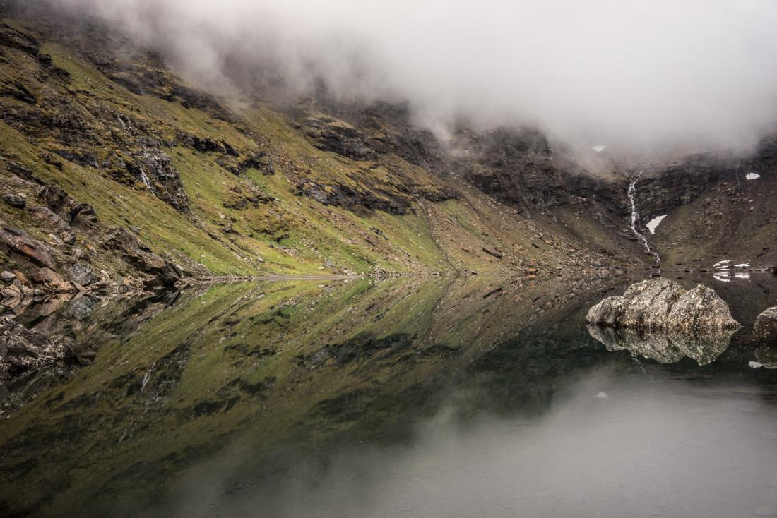 Le lac de Trollsjön, dont la transparence est telle qu'on peut voir jusqu'au fond.