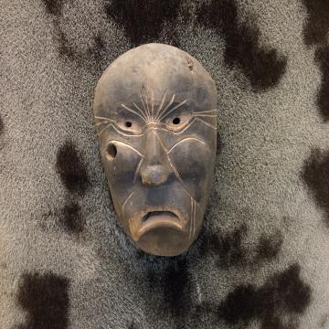 Un masque en bois au musée de Tasiilaq.