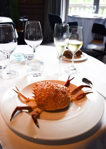 """Araignée de mer """"en situation"""" pour débuter le déjeuner : étape 1 © Yonder.fr"""
