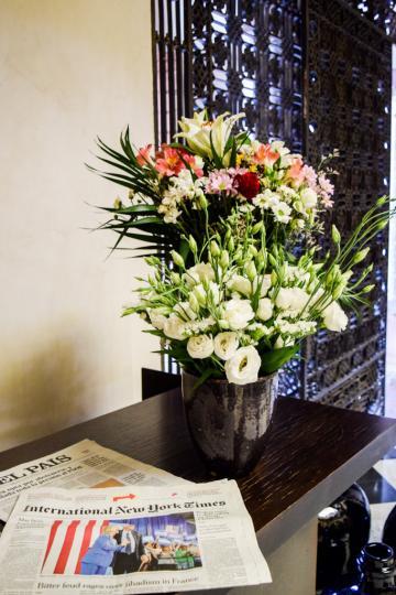 Décoration fleurie dans l'entrée de l'hôtel © Yonder.fr