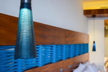 Le bleu, turquoise, marine, indigo ou cyan, est la couleur qui domine dans les chambres © Yonder.fr