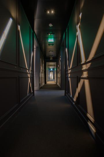 Dans le couloir accédant aux différents salons du restaurant © Laurence Mouton