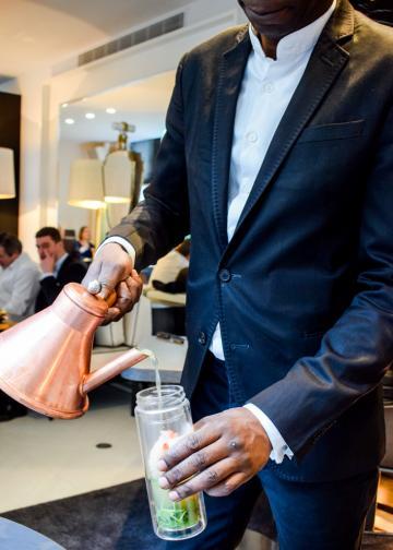 Le homard, enfermé dans un bocal, se prépare à être cuit grâce à un consommé brûlant © YONDER.fr