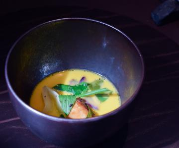 Ris de veau, bouillon thaï de carottes, condiment persil © Yonder.fr