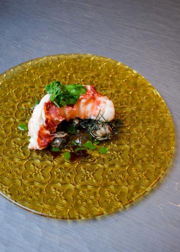 À l'issue de la cuisson, un véritable plat est dressé autour du homard avec escargots et persillade © YONDER.fr