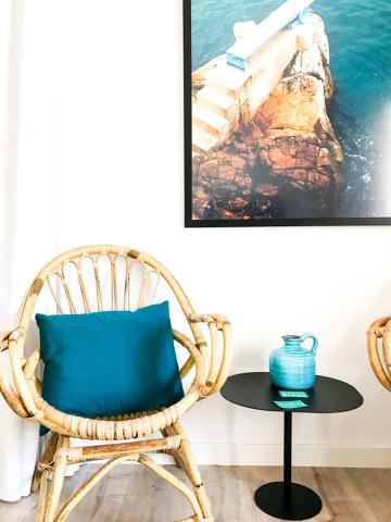 Seules quelques touches colorées parsèment les intérieurs clairs des suites © Yonder.fr