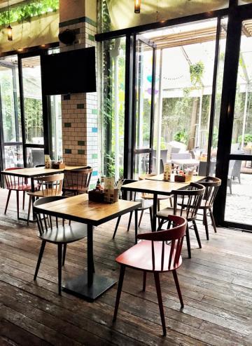 La salle à manger du petit-déjeuner s'ouvre sur la cour intérieure et le jardin de l'hôtel © Yonder.fr