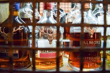 Des centaines de bouteilles de whiskys écossais attendent les convives © Yonder.fr