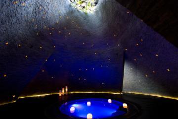 À l'intérieure de la cenote artificielle du spa éponyme © Yonder.fr