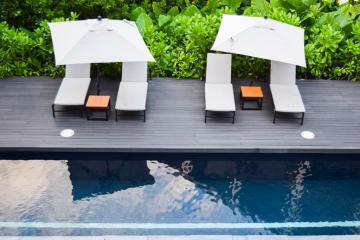 Au bord de la piscine du spa © Yonder.fr