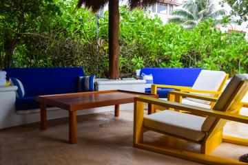 Sur la terrasse du restaurant de la piscine, un éclatant mobilier coloré © Yonder.fr