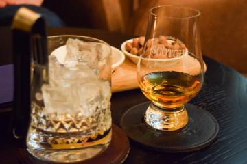 Whisky servi dans le bar Scotch © Yonder.fr