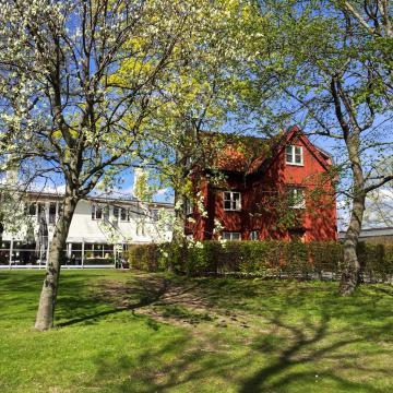 Au bord de l'eau, une ancienne maison rouge : l'auberge originelle de la Villa Källhagen| © Yonder.fr