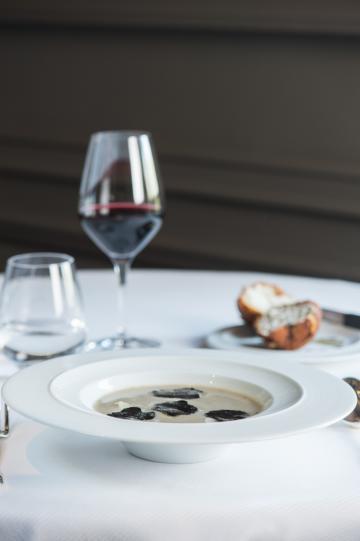 Soupe d'artichaut à la truffe noir et sa brioche feuilletée aux champignons et truffes © Laurence MOUTON