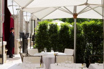 Aux beaux jours, le restaurant dispose d'une très agréable terrasse © La Réserve Paris