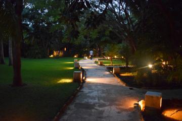 La nuit, le jardin de l'hôtel est très élégamment éclairé © Yonder.fr