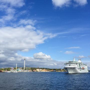 Djurgården et le parc d'attractions Gröna Lund vus depuis les quais, devant Fografiska © Yonder.fr