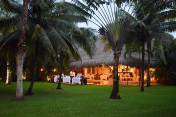 Trois soirs par semaine, le dîner est servi dans le jardin de l'hôtel © Yonder.fr