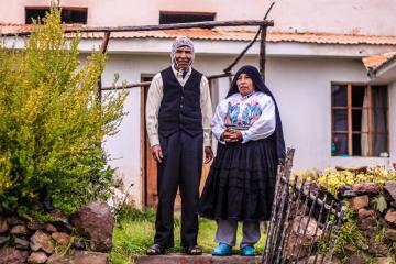 Eduardo et Juana devant chez eux.  © Cédric Aubert