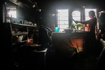 Notre hôte prépare des momos, petits raviolis vapeur, dans la cuisine de sa maison | © Marion Brun