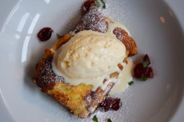 Pain perdu, cottage cheese, cranberries et glace au yaourt chez Leib | © Yonder.fr