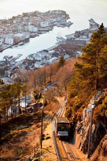 Le funiculaire Fløibanen permet d'accéder au sommet du mont Fløyen, à 320 mètres d'altitude © YONDER.fr