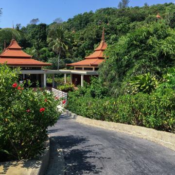 Route menant aux villas, au cœur du domaine de l'hôtel | © Yonder.fr
