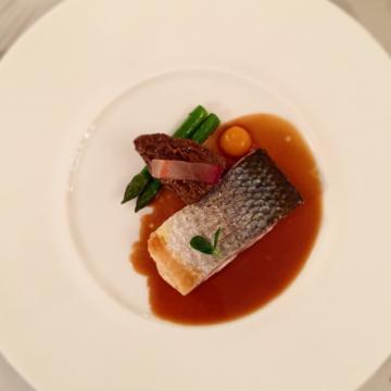 Bar de Méditerranée, morilles, jus de tête : un plat de poisson absolument remarquable | © Yonder.fr