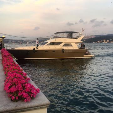Bateau s'amarrant au quai privé de l'hôtel, une scène typique au Four Seasons Bosphorus © Yonder.fr