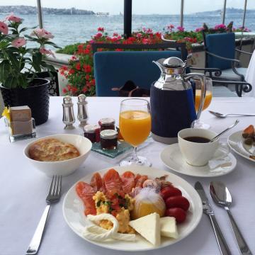 Petit-déjeuner au bord de l'eau © Yonder.fr