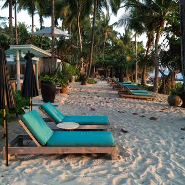 La plage privée de l'hôtel a su conserver une atmosphère authentique, loin de toute ostentation | © Yonder.fr