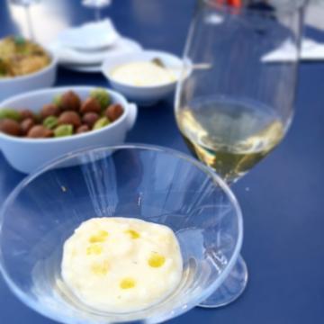 Cocktail sur la terrasse, prélude au dîner d'anniversaire exceptionnel de l'Oustau | © Yonder.fr