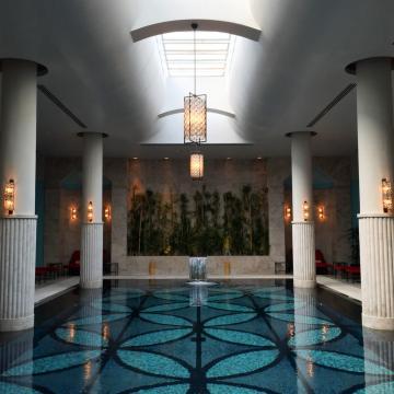 L'hôtel bénéficie également d'une vaste piscine intérieure, pour les mois d'hiver © Yonder.fr