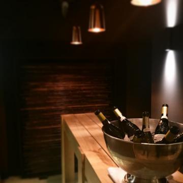 Atmosphère intimiste dans la salle à manger de l'Oustau | © Yonder.fr