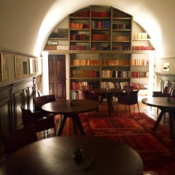 Le restaurant dispose également d'un salon-librairie à l'ambiance chaleureuse| © Yonder.fr